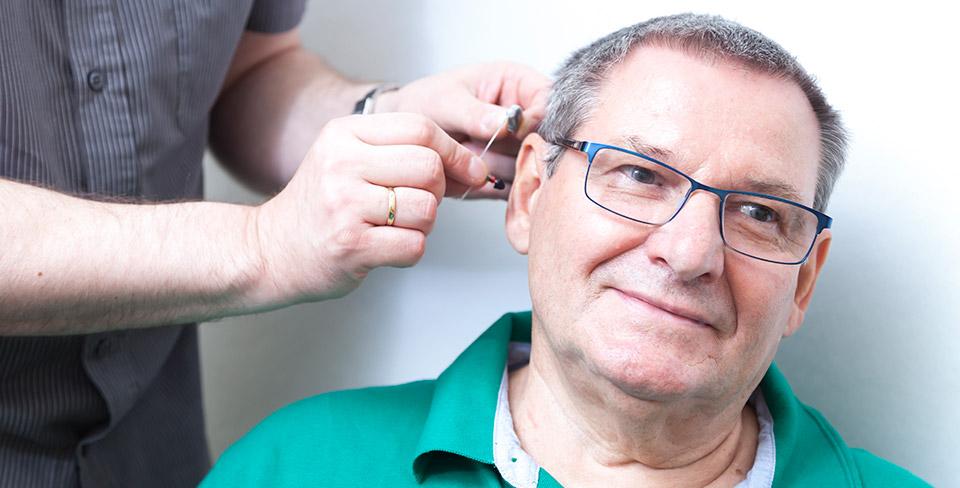 Damit-das-Hörgerät-nicht-drückt-kneift-hallt-oder-pfeift-passt-der-Hörgeräteakustiker-das-Hörsystem-richtig-an