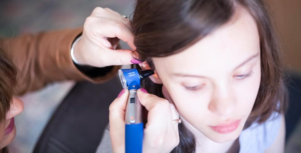 Der-Hörgeräteakustiker-findet-die-passenden-Lösungen-für-das-Hörsystem
