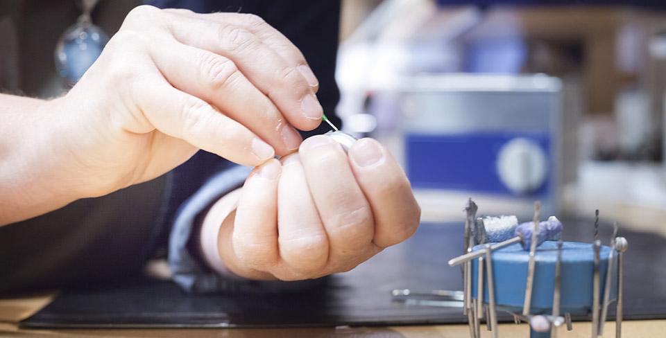Die-regelmäßige-Reinigung-und-Pflege-des-Hörgerätes-macht-der-Hörgeräteakustiker-professionell